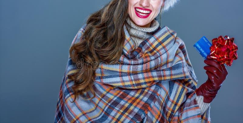 Close-up op glimlachende vrouw met creditcard met rood lint royalty-vrije stock afbeeldingen