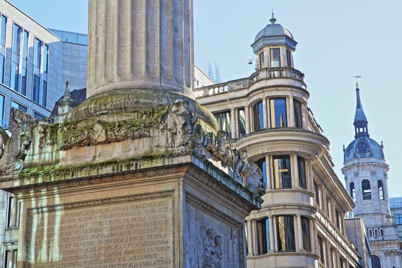 Close-up op het Monument aan de grote die brand in Londen door moderne gebouwen in het financiële district van de Stad van Londo  royalty-vrije stock foto's