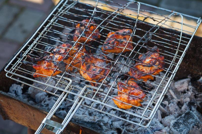 Close-up op het proces om die shashlik van varkensvlees of rundvleesvlees te koken in een grill met een knapperige gebrande gebra royalty-vrije stock fotografie