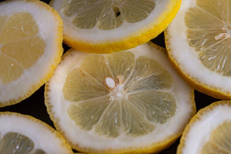 Close-up op hoogste mening van plakken van citroen op zwarte steenachtergrond royalty-vrije stock foto's