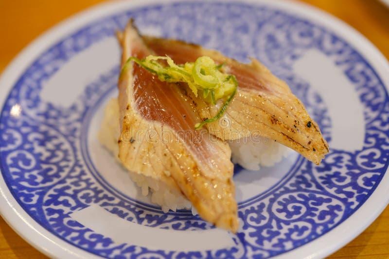 Close-up op Japanse die zalmsushi met sojasaus worden geroosterd royalty-vrije stock afbeelding