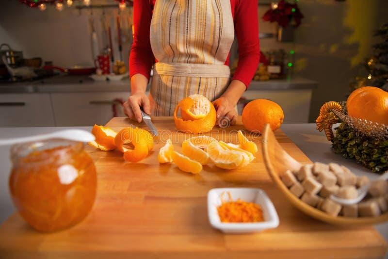 Close-up op jonge huisvrouw die oranje jam maakt royalty-vrije stock fotografie