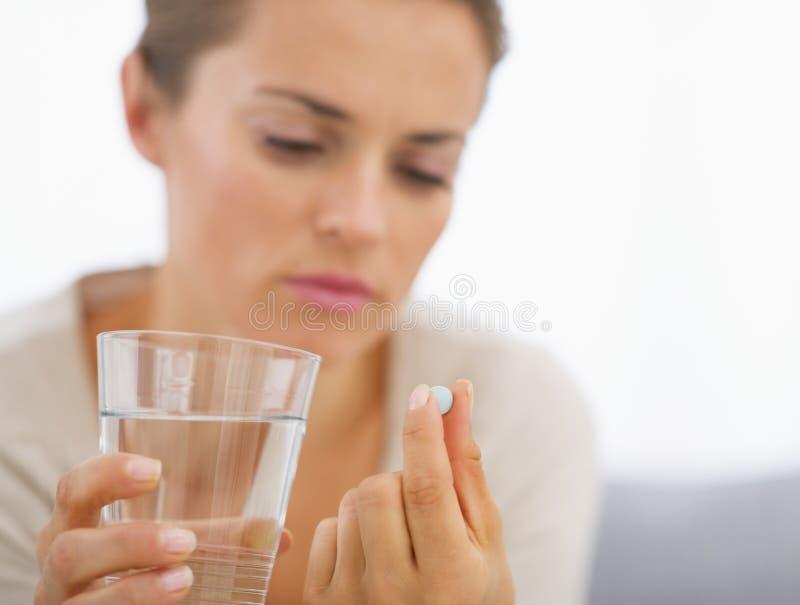 Close-up op jonge huisvrouw die pillen eten royalty-vrije stock afbeeldingen