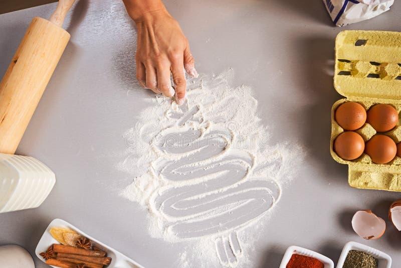 Close-up op Kerstmisboom van de huisvrouwentekening op keukenlijst royalty-vrije stock fotografie