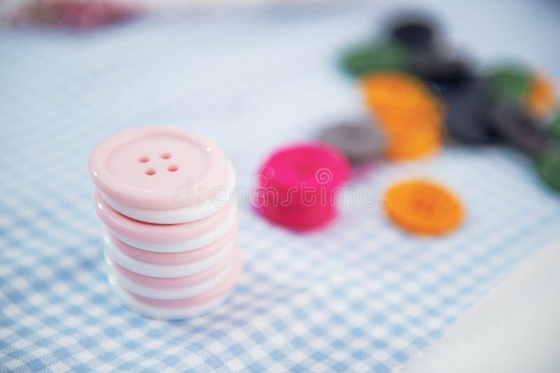 Close-up op knopen op bureau stock foto's