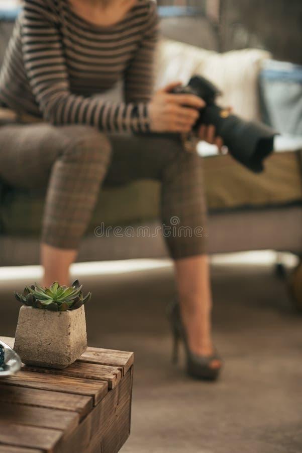 Close-up op koffietafel en jonge vrouw met dslr stock afbeelding