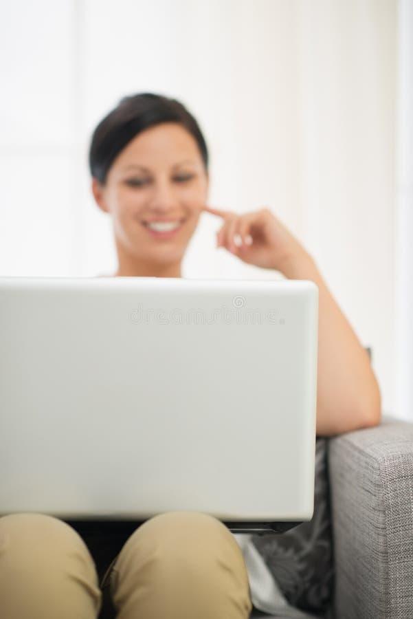 Close-up op laptop en gelukkige vrouw op achtergrond royalty-vrije stock foto's