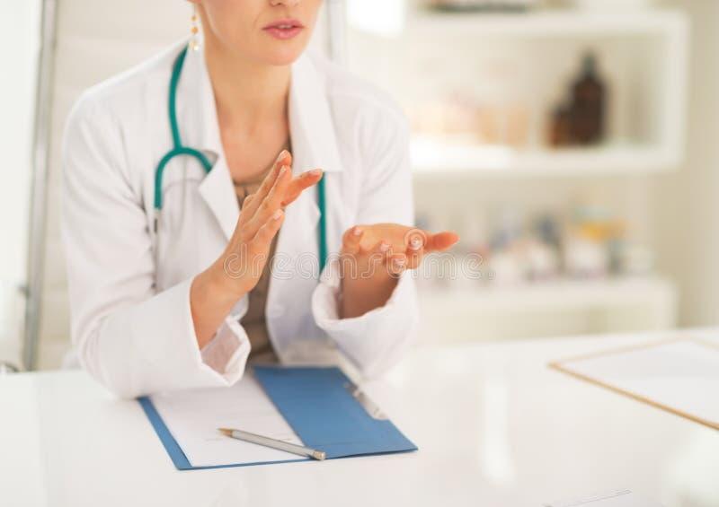 Close-up op medische arts die iets verklaren stock foto