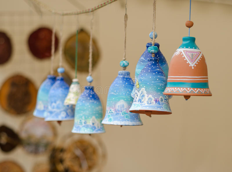 Close-up op met de hand gemaakte traditionele ceramische kenwijsjeklokken stock afbeelding