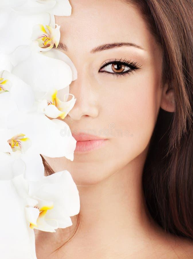 Close-up op mooi gezicht met bloemen stock afbeeldingen