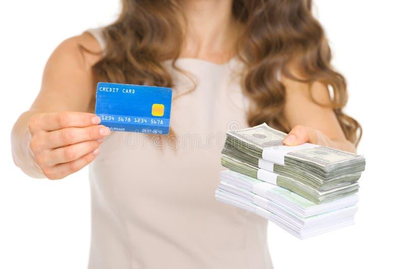 Close-up op vrouw die creditcard en geld geven royalty-vrije stock afbeeldingen