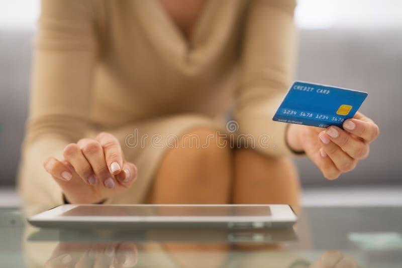 Close-up op vrouw met creditcard die tabletpc met behulp van stock afbeelding