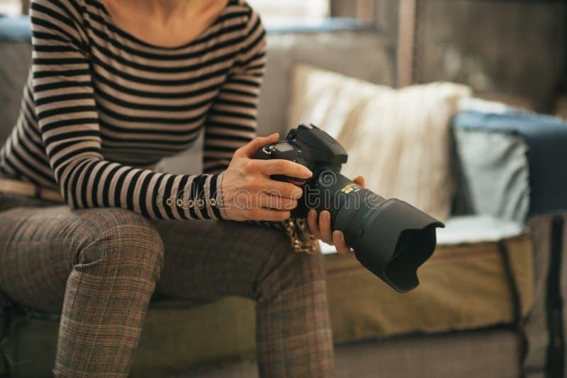 Close-up op vrouw met de moderne camera van de dslrfoto stock fotografie