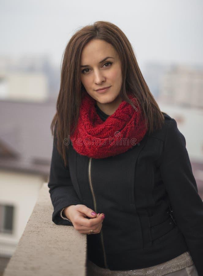 Close-up openluchtportret van jonge mooie vrouw royalty-vrije stock afbeelding