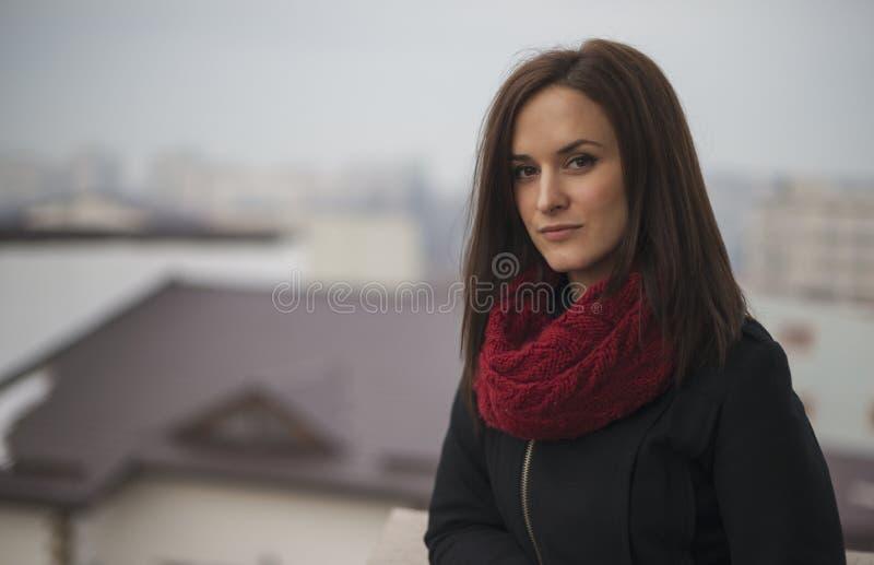 Close-up openluchtportret van jonge mooie vrouw royalty-vrije stock foto
