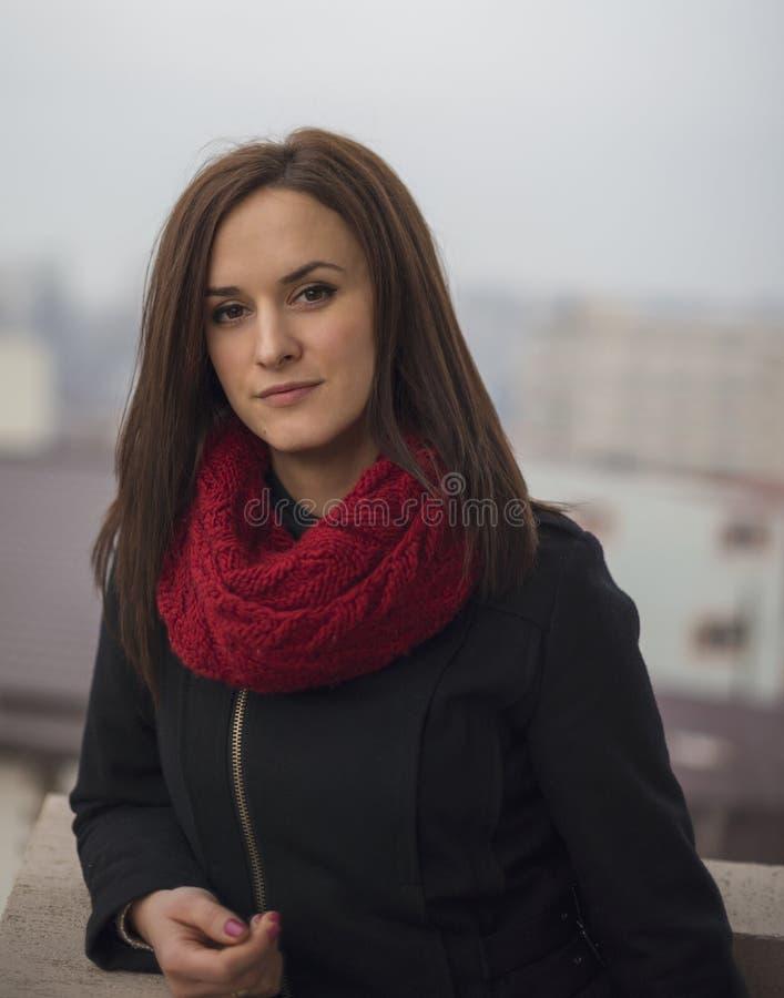 Close-up openluchtportret van jonge mooie vrouw stock afbeeldingen