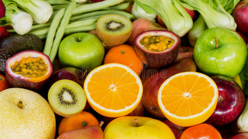 Close-up oranje plak met groep rijpe vruchten en groenten stock foto