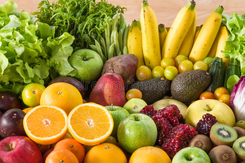 Close-up oranje plak met verse vruchten en groenten royalty-vrije stock foto's