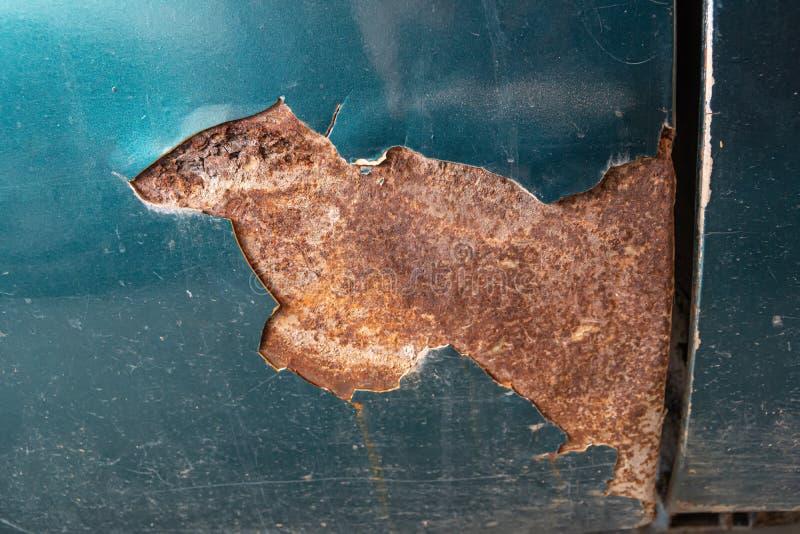 Close-up oxidado abandonado do carro imagens de stock