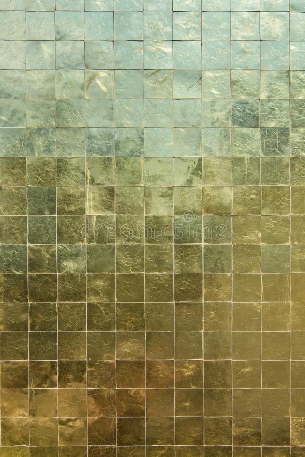 Close up pequeno de superfície das telhas de mosaico do ouro que brilha o fundo amarelo fotografia de stock royalty free