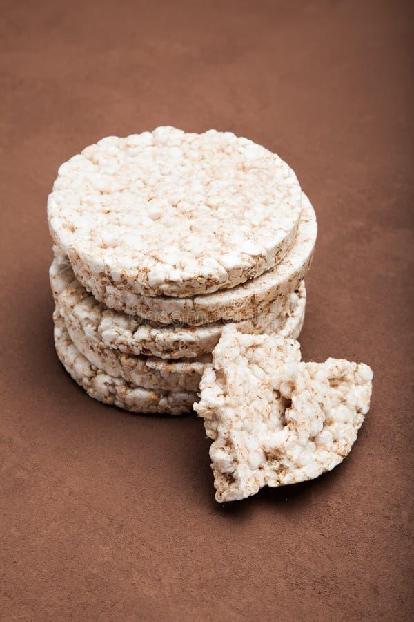 Close-up, petisco dietético, cookie do arroz em uma tabela marrom imagens de stock royalty free