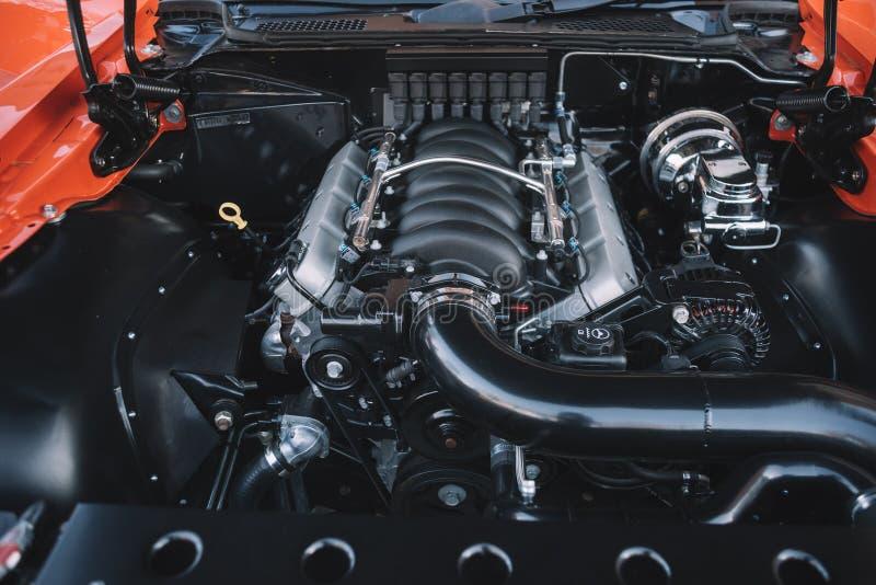 Close up poderoso do motor do carro de esportes imagens de stock