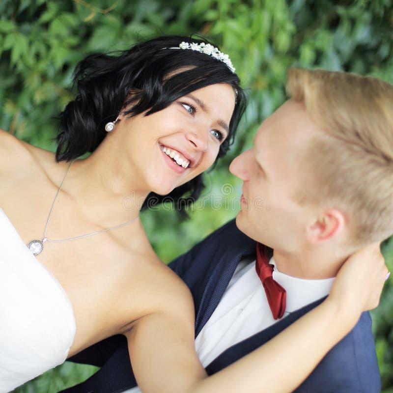 close-up Portret van gelukkige bruid en bruidegom royalty-vrije stock foto