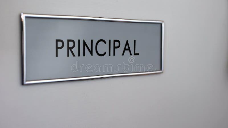 Close up principal da mesa da porta do escritório, visita ao diretor da escola, sistema de ensino ilustração stock
