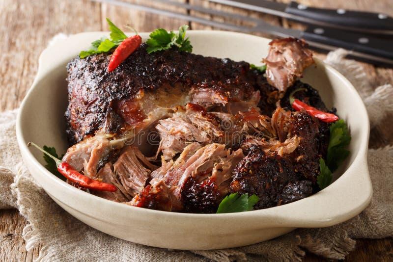 Close up puxado shredded lento picante delicioso da carne de porco em uma placa horizontal imagem de stock