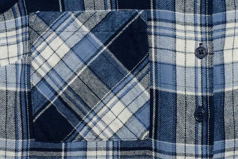 Close-up quadriculado azul da tela Peça da camisa Bolso e butto fotografia de stock