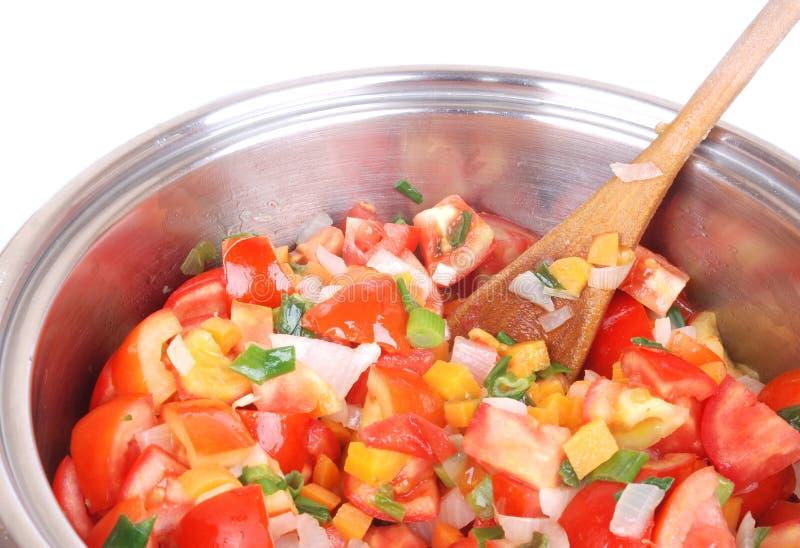 Close up que cozinha a sopa vegetal foto de stock