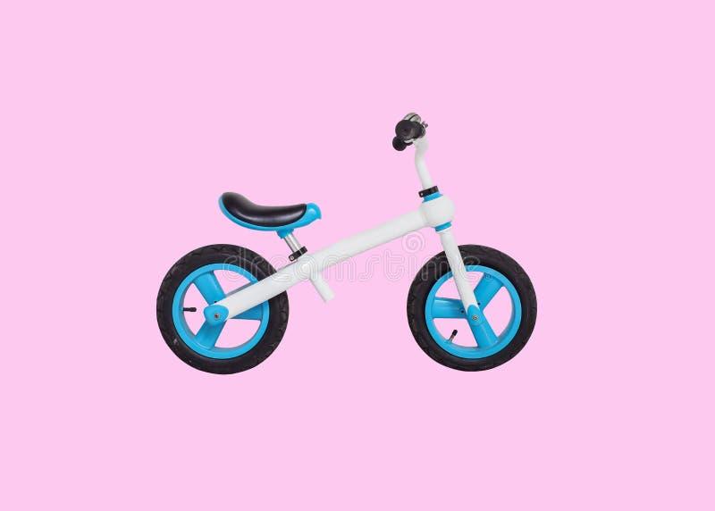 Close up que uma bicicleta para crianças começa a montar isolado no fundo cor-de-rosa fotografia de stock royalty free