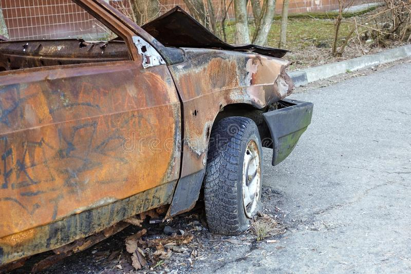 Close-up queimado, abandonado do autom?vel de passageiros R?ssia fotos de stock