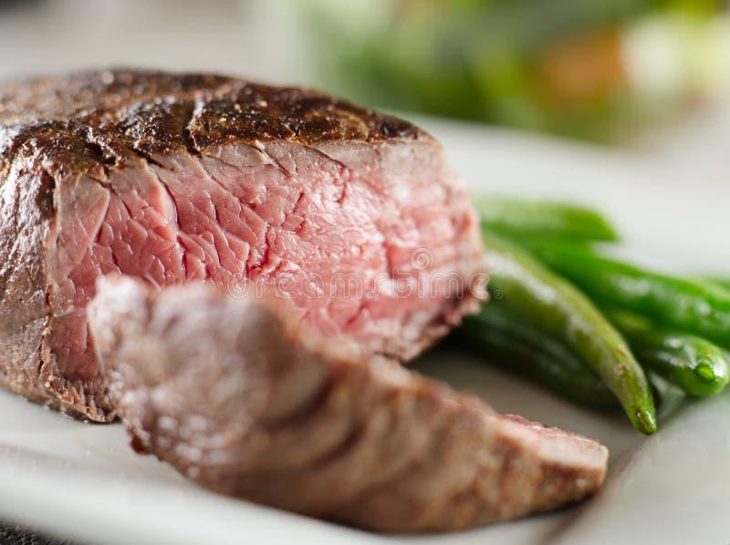 Close up raro cozinhado bife imagens de stock
