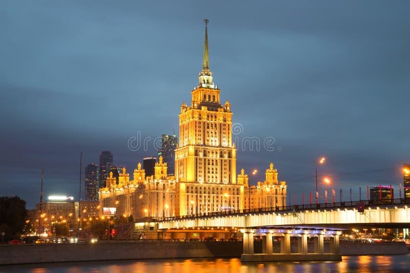 Close up real de Ucrânia do hotel de Radisson na iluminação da noite no crepúsculo de setembro imagens de stock