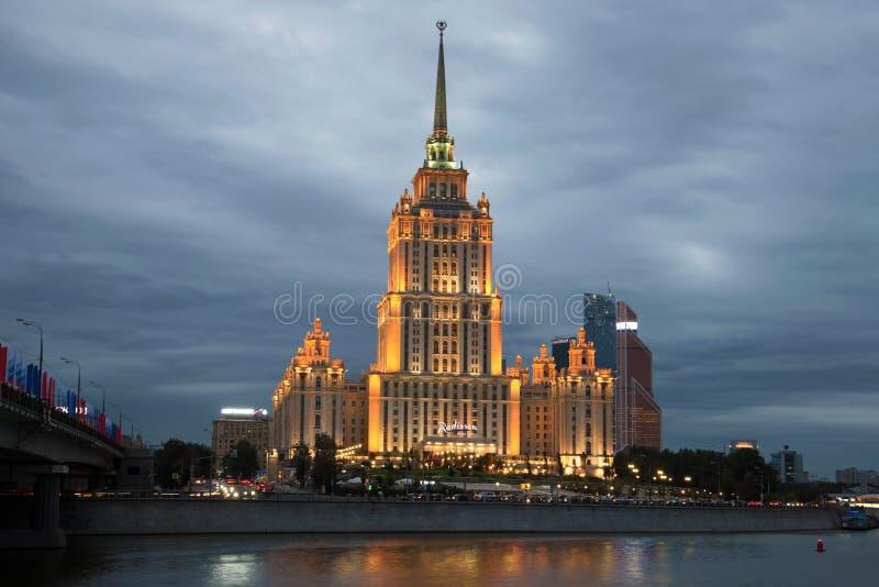 Close-up real do hotel de Radisson do ` de Ucrânia do ` do hotel, noite nebulosa de setembro moscow imagens de stock