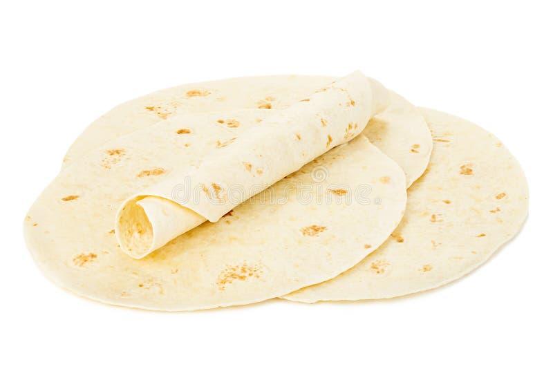 Close-up redondo das tortilhas do trigo isolado no fundo branco Lavash imagens de stock royalty free