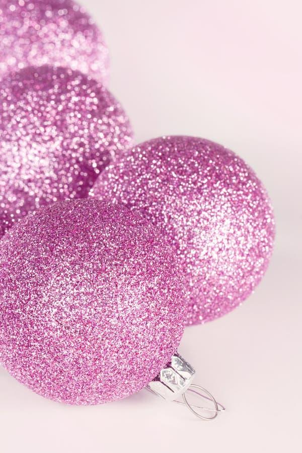 Close up roxo dos baubles do Natal imagem de stock royalty free