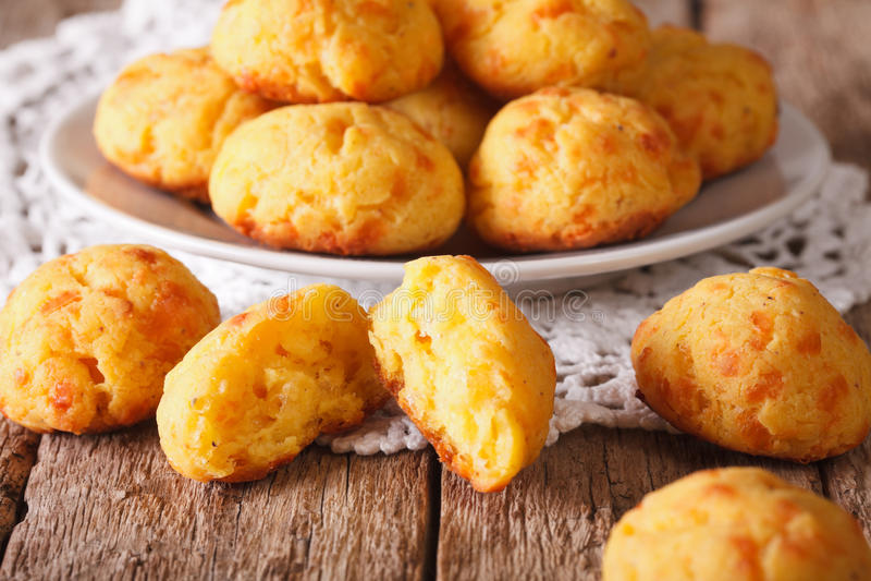 Close-up saboroso do gougere dos bolos do queijo de uma placa na tabela Hori foto de stock