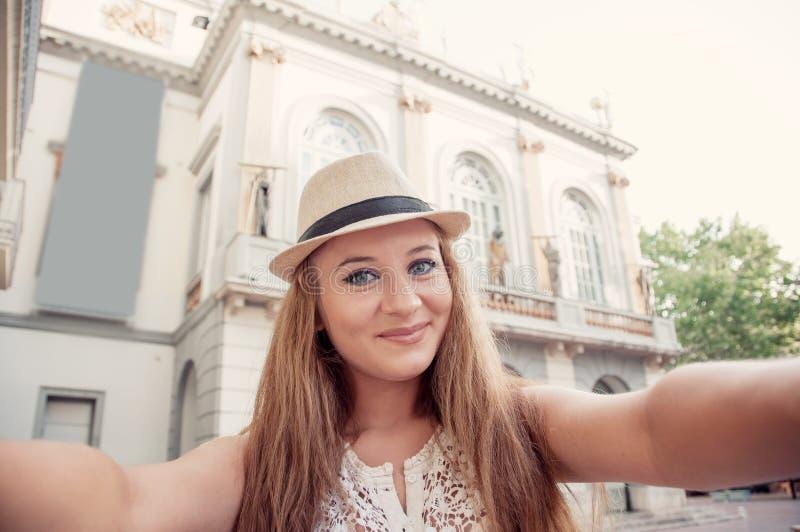 Close-up selfie-portret van het grappige aantrekkelijke meisjestoerist glimlachen stock foto's