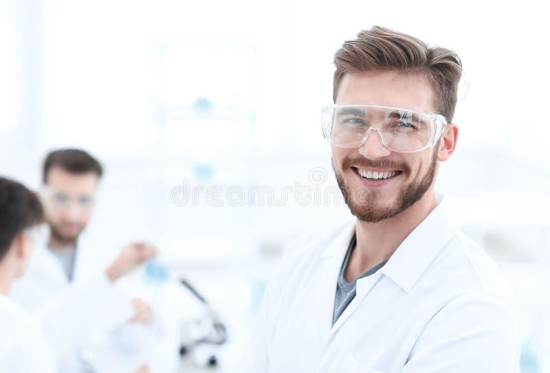 close-up succesvolle wetenschapper op een lichte achtergrond stock afbeelding