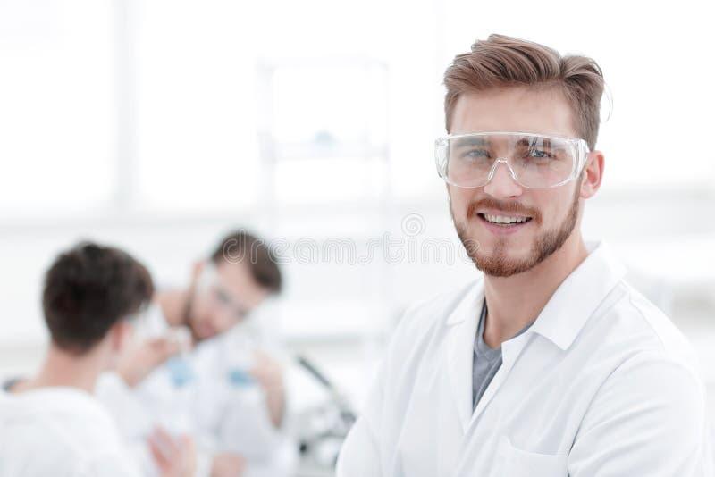 close-up succesvolle wetenschapper op een lichte achtergrond royalty-vrije stock afbeelding