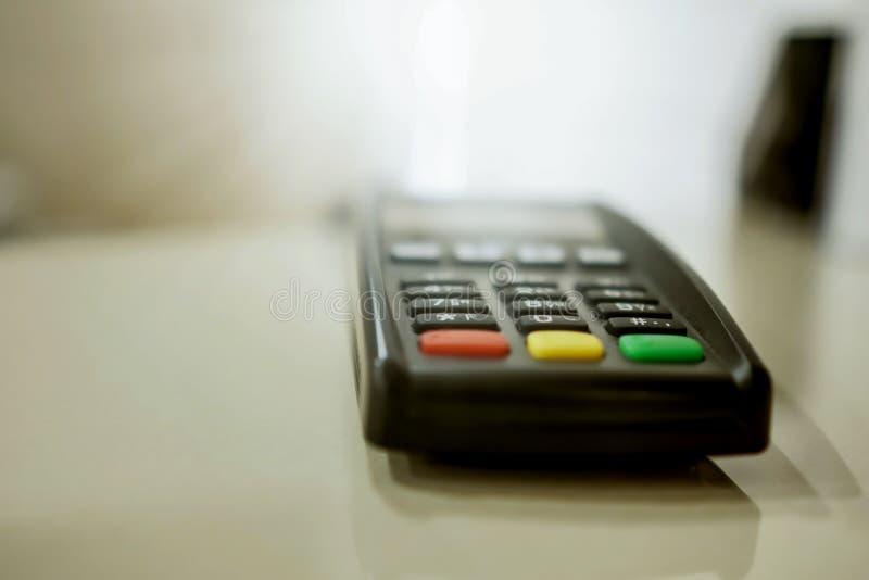 Close-up terminal do pagamento em um fundo borrado fotografia de stock royalty free
