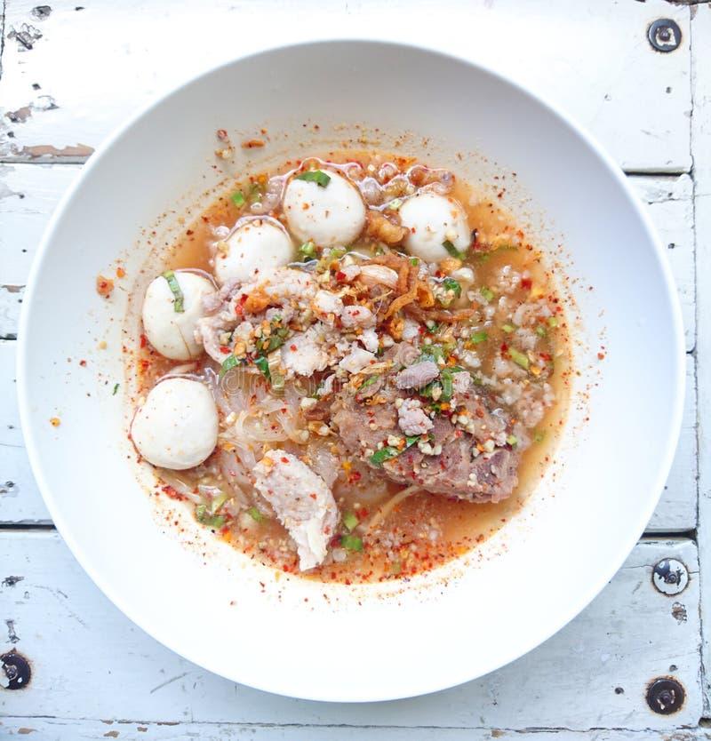 Close up TOM YAM Pork Noodles Soup picante com bolas da carne de porco, suco frio colada e de lima/delicioso imagem de stock