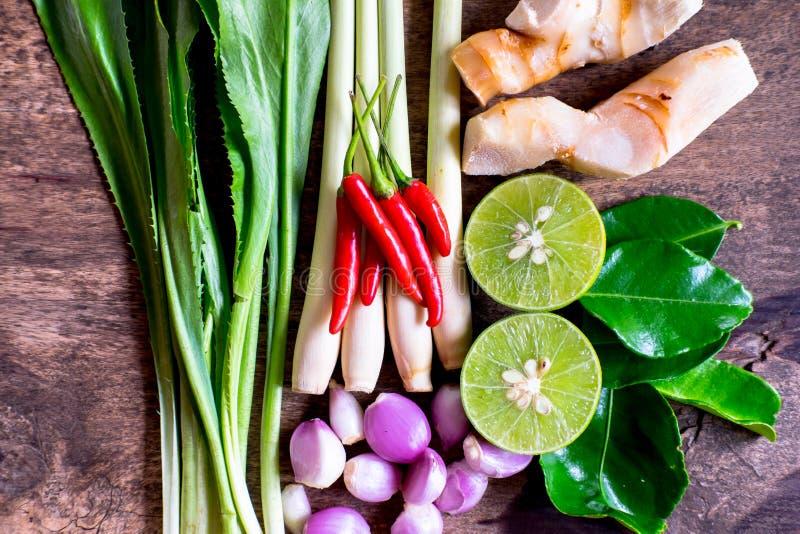 Close-up tomyumkung ingrediënten Thaifood op houten achtergrond stock afbeeldingen