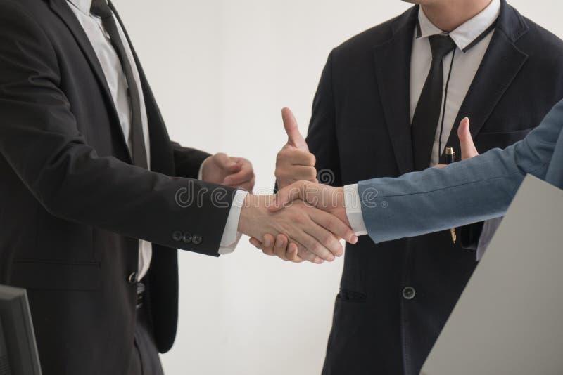 Close-up twee bedrijfsmens die hand controleren aan succesovereenkomst na me stock foto