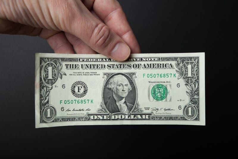 Close-up, um dólar à disposição em um fundo preto imagem de stock royalty free