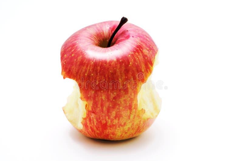 Close up uma maçã parcialmente comida no branco foto de stock