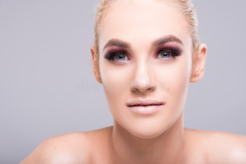 Close-up van aantrekkelijke jonge blondevrouw die samenstelling dragen royalty-vrije stock afbeeldingen