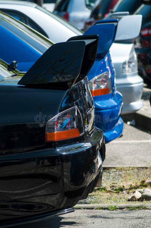 Close-up van achtergedeelte van zwarte, blauwe en grijze die Subaru-impreza in de straat wordt geparkeerd royalty-vrije stock afbeelding